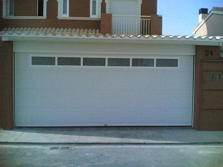 puerta seccional blanca en cerrajeros valencia